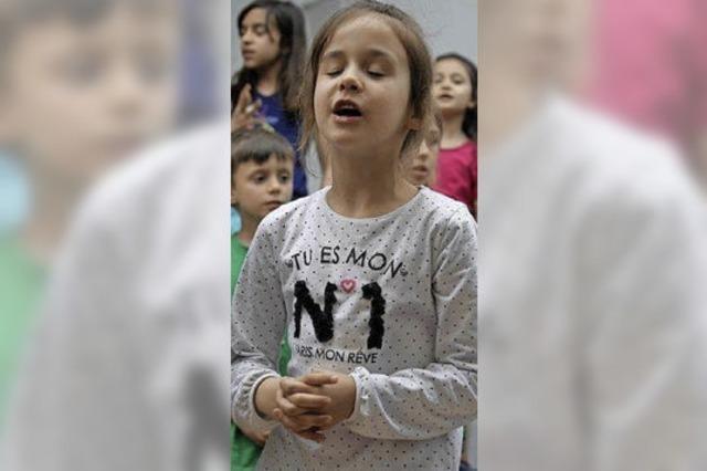 Kinder geben Beispiel für Integration