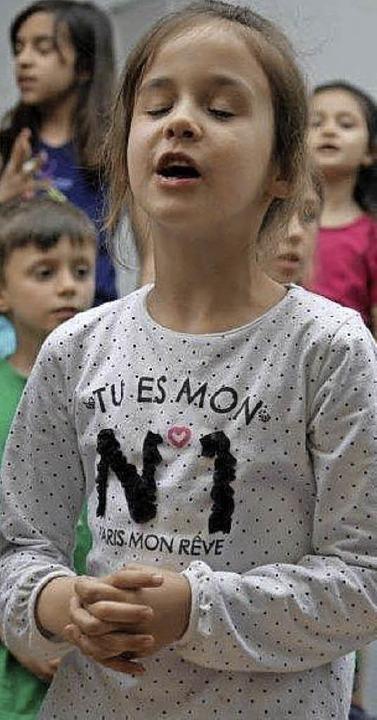 Rund 200 Kinder aus verschiedenen Nati...entierten viel Musik im  Schlosspark.   | Foto: Marion Rank