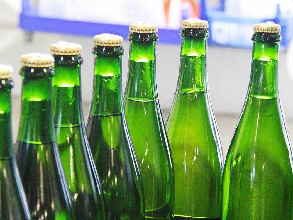 Die vereisten Flaschen auf dem Weg zum Degorgieren.  | Foto: Alexander Huber