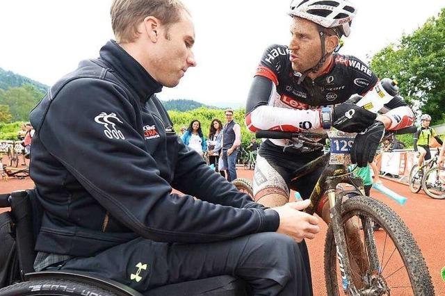 Der gelähmte Benjamin Rudiger arbeitet beim Ultra-Bike mit
