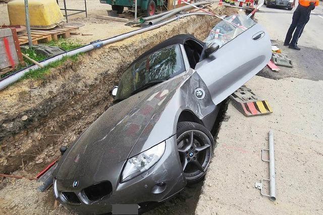 BMW landet im Baustellengraben