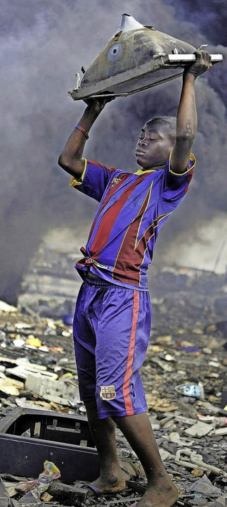 Menschenkraft statt Hightech: Müllaufbereitung in Afrika (Agbogbloshie, Ghana)  | Foto: dpa