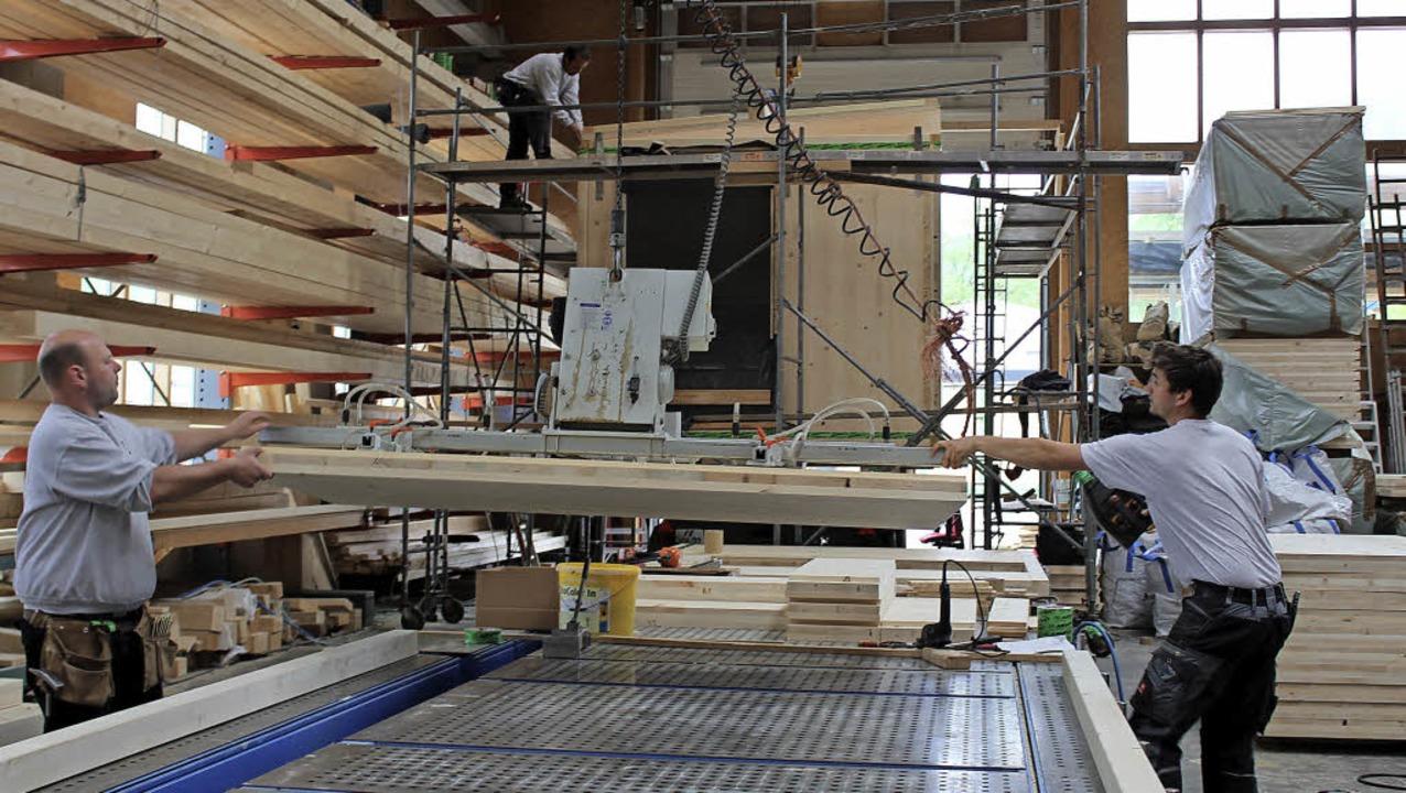 Montagelinie für die Boxen in der Zimmerei der Gebrüder Hug in Oberried   | Foto: Erich Krieger
