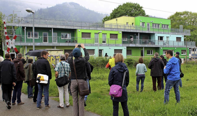 Die Exkursionsteilnehmer vor der Flüch... in Holztafelbauweise errichtet wurde.  | Foto: Erich Krieger