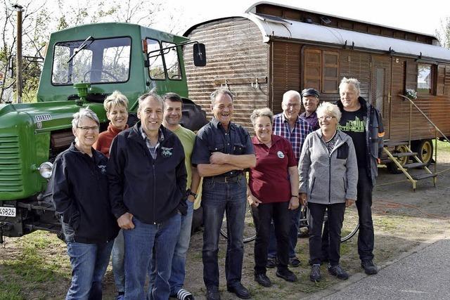 Mit Traktor und Zirkuswagen auf Urlaubstour