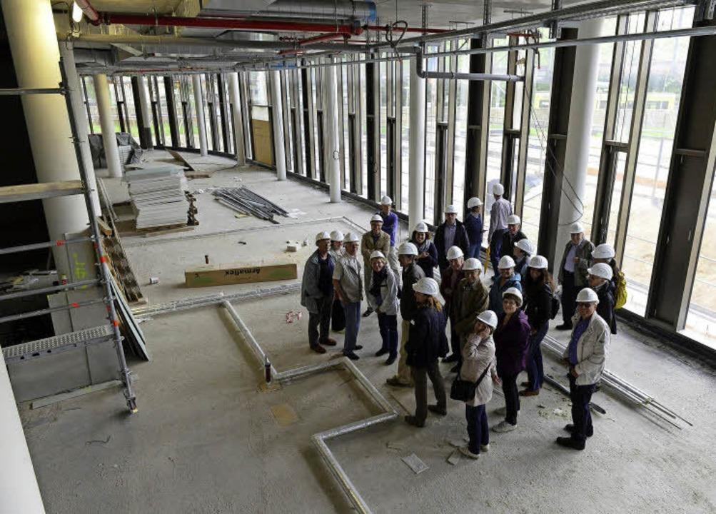 Licht und hoch: BZ-Leserinnen und -Leser  auf der Baustelle des neuen Rathauses   | Foto: Ingo Schneider