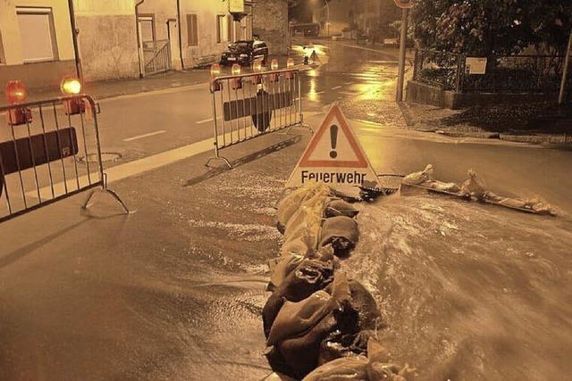 Feuerwehr und Werkhof kämpfen gegen Überschwemmung