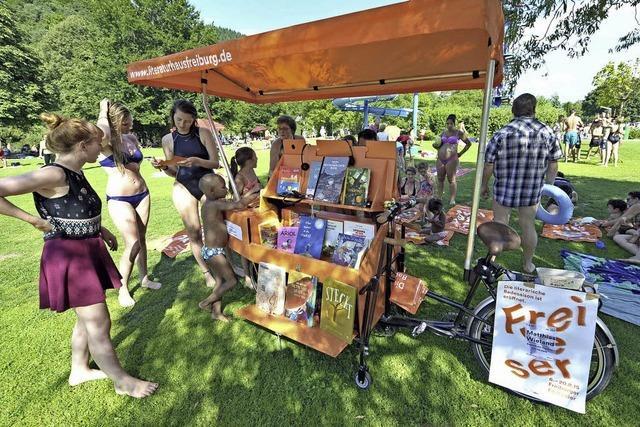 Der mobile Lese-Kiosk ist in den Pfingstferien in den Freibädern unterwegs