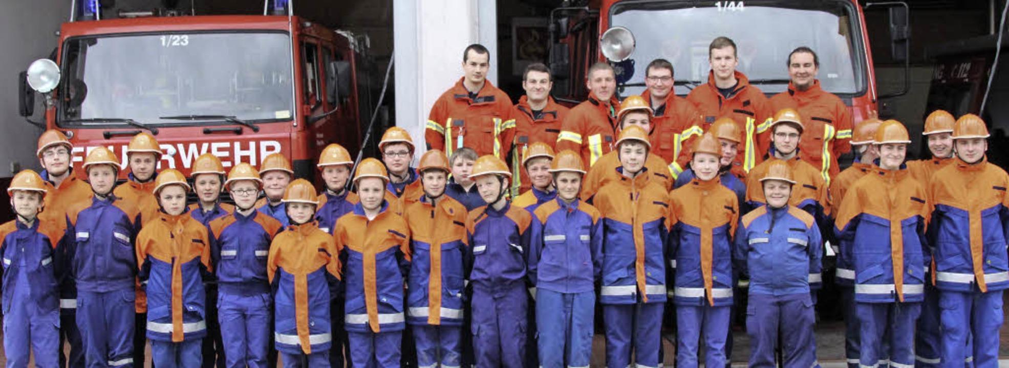 Der hoffnungsvolle Feuerwehrnachwuchs  mit seinen Ausbildern    Foto: Reinhard Cremer
