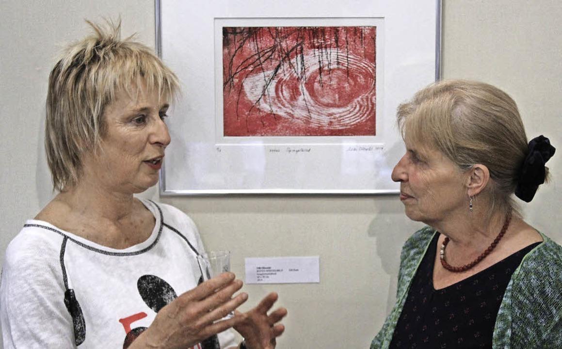 Ulli Olbrecht (links) fachsimpelt mit Ulrike Bach.   | Foto: Erich Krieger