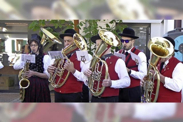 Tiroler Hymne unterm großen Maibaum