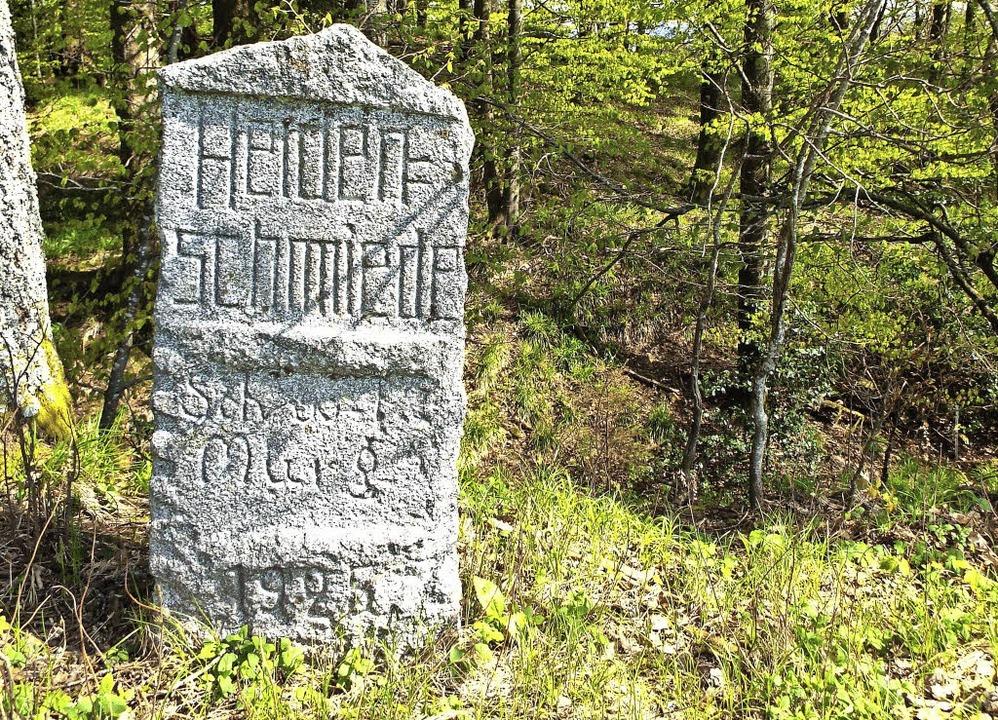 Dieser rund 90 Jahre alte Gedenkstein ...n und Bergbauaktivitäten auf dem Wald.  | Foto: Adam