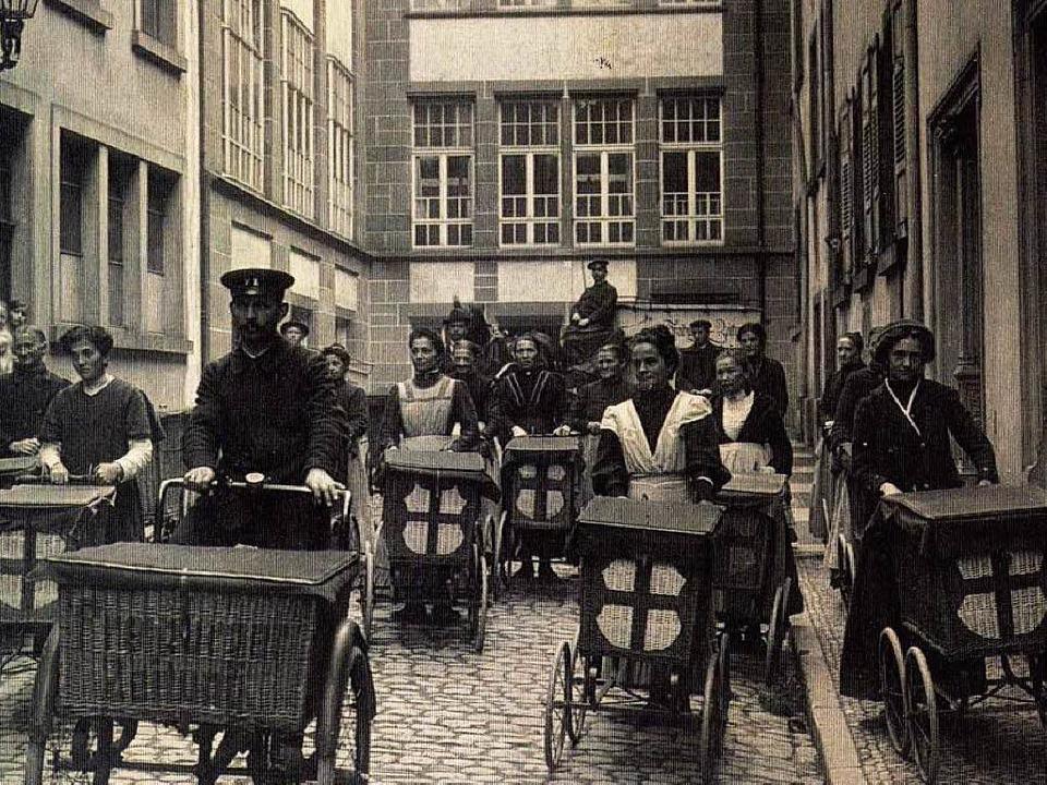Zeitungsausträger im Martinsgässle in den 1920er Jahren  | Foto: Poppen und Ortmann