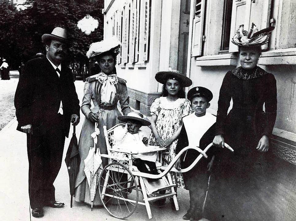 Familie Zaschka in Freiburg im Jahr 19...r Milly, Engelbert, ein Kindermädchen.  | Foto: Privat