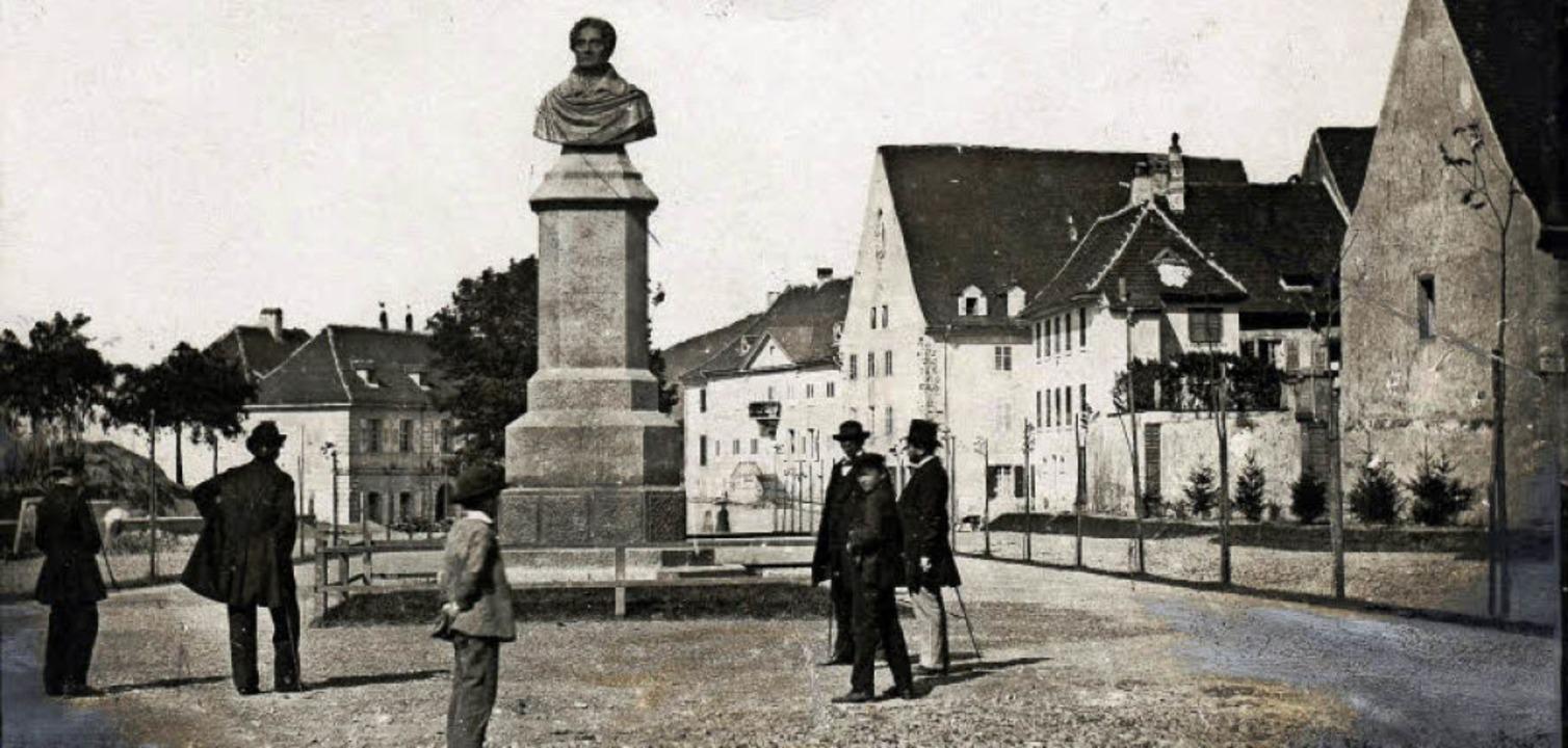 Der Rotteckplatz mit dem Denkmal auf e.... Beide Gebäude existieren nicht mehr.  | Foto: Augustinermuseum