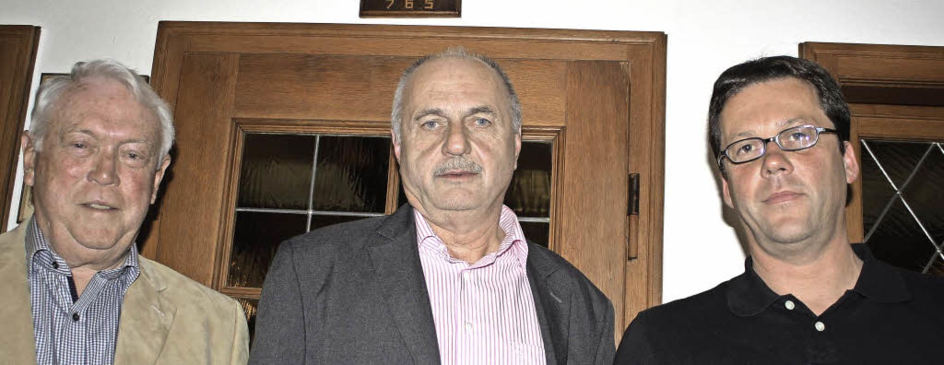 Klaus Rein (von links) ehrte zwei Tisc... Zeiser seit 40 Jahren dem TTSV treu.     Foto: Werner Schnabl