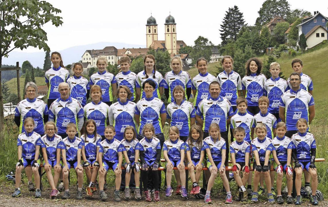 """Die Mountainbikegruppe des Skiclubs St...; Der Macher-Bus"""" von der EnBW.     Foto: Privat"""