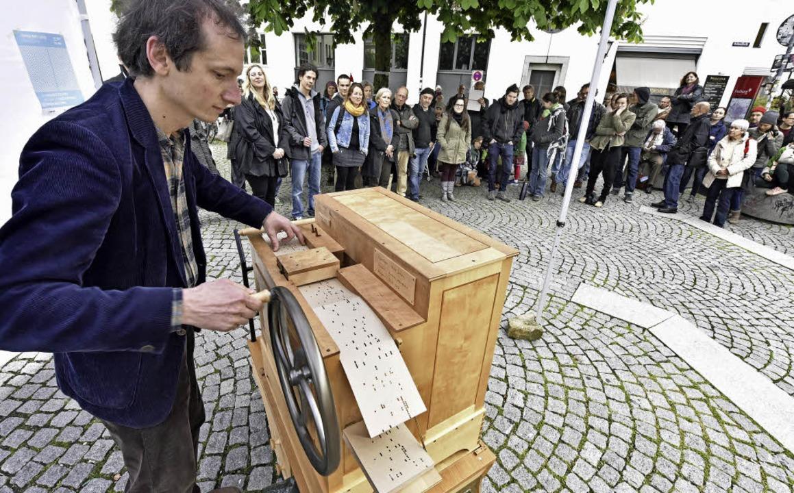 Achim Schneider fand in der Altstadt m...otz schlechten Wetters viele Zuhörer.     Foto: Michael Bamberger