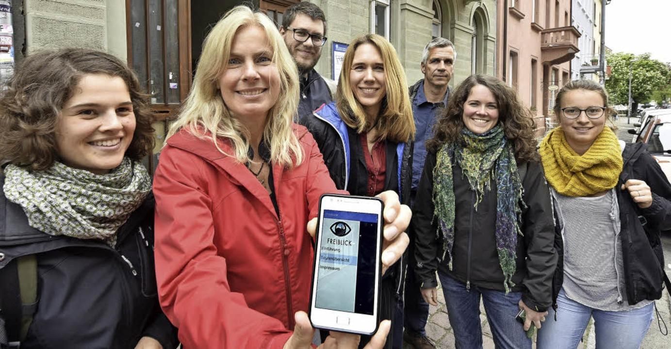 Stolz präsentieren die Studierenden ihre App.   | Foto: Michael Bamberger
