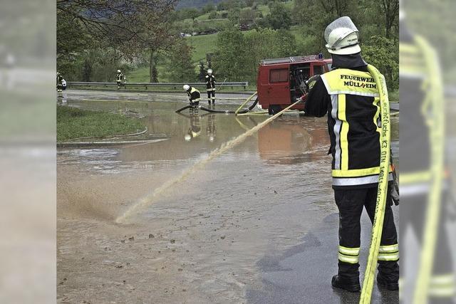 Das Wasser sucht sich seinen Weg über Straßen und durch Häuser