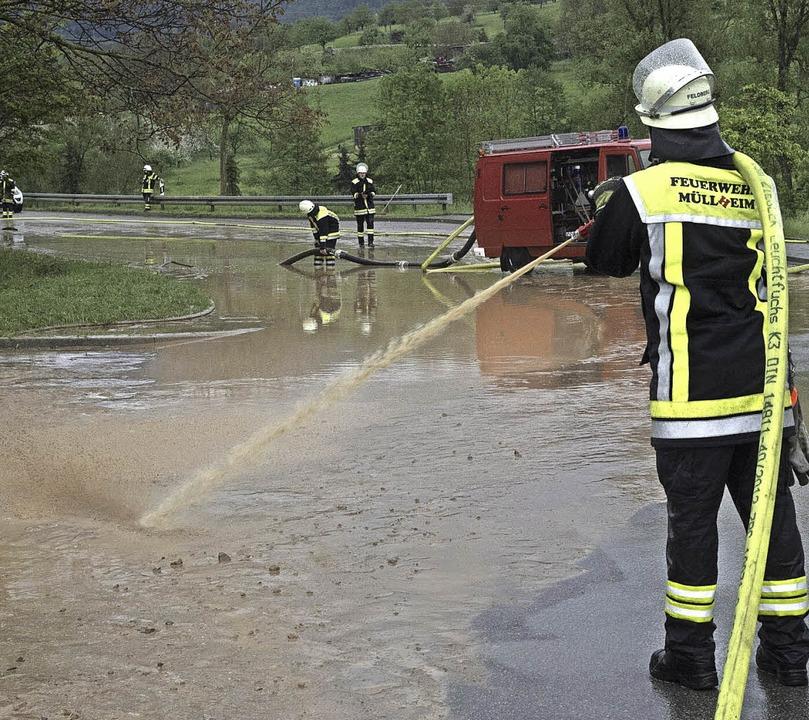 Unter Wasser stand die Straße an der A...d dann die Fahrbahn gereinigt werden.     Foto: Volker Münch