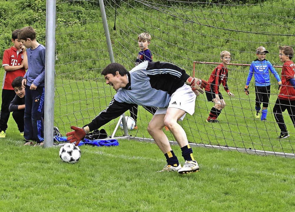 Beim Jugend- und Bambiniturnier des SV... Matthias Gutbrod dem Ball hinterher.   | Foto: Sandra-Decoux-Kone