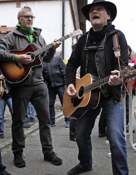 Karl David und Martin Lutz unterhielten stimmgewaltig mit alemannischen Songs.  | Foto: Reinhard Cremer