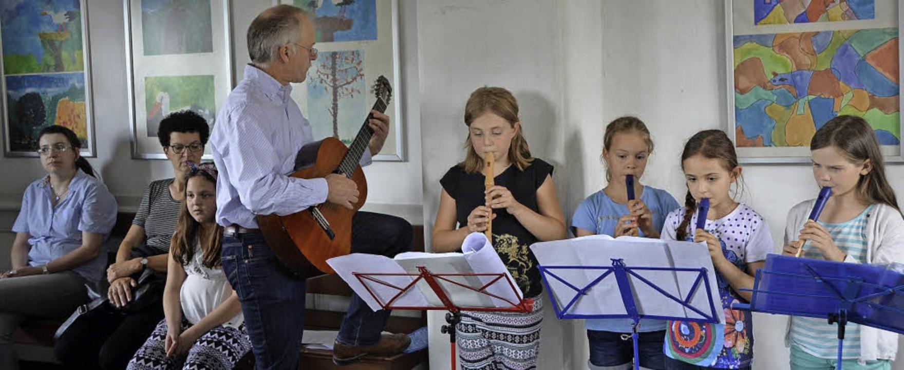 Mit Musik wurde im Wartesaal im Bahnho...n der Michaelschule Oberried eröffnet.    Foto: Katja Marré