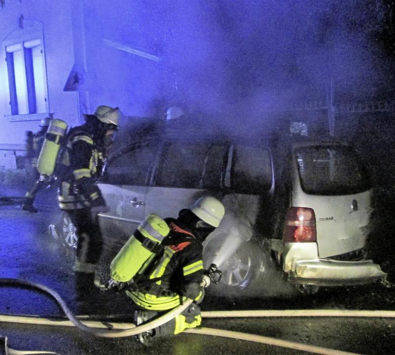 Nicht zu retten: ein brennender Volkswagen.  | Foto: Feuerwehr