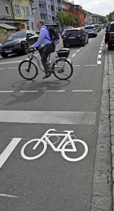 Schutzstreifen und Piktogramme, hier a... auf beiden Straßenseiten aufgebracht.    Foto: Peter Gerigk