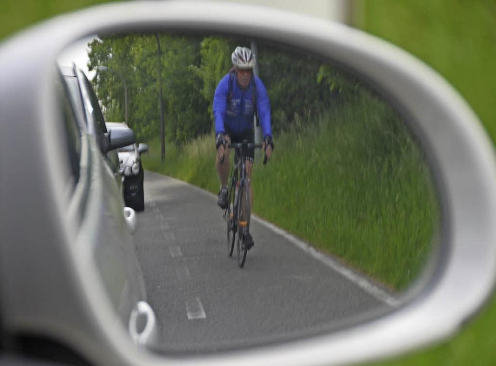 Ein Radfahrer auf dem verblassten Schutzstreifen in Richtung Bahnübergang    Foto: Peter Gerigk