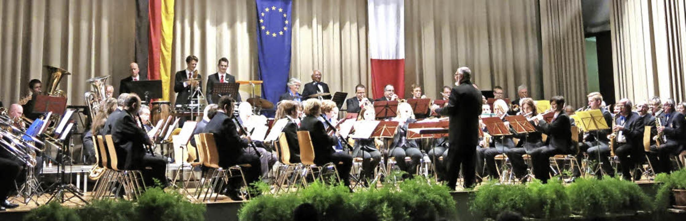 Zusammen auf der Bühne: La Six Fournaise und Stadtmusik Emmendingen    Foto: Georg Voß