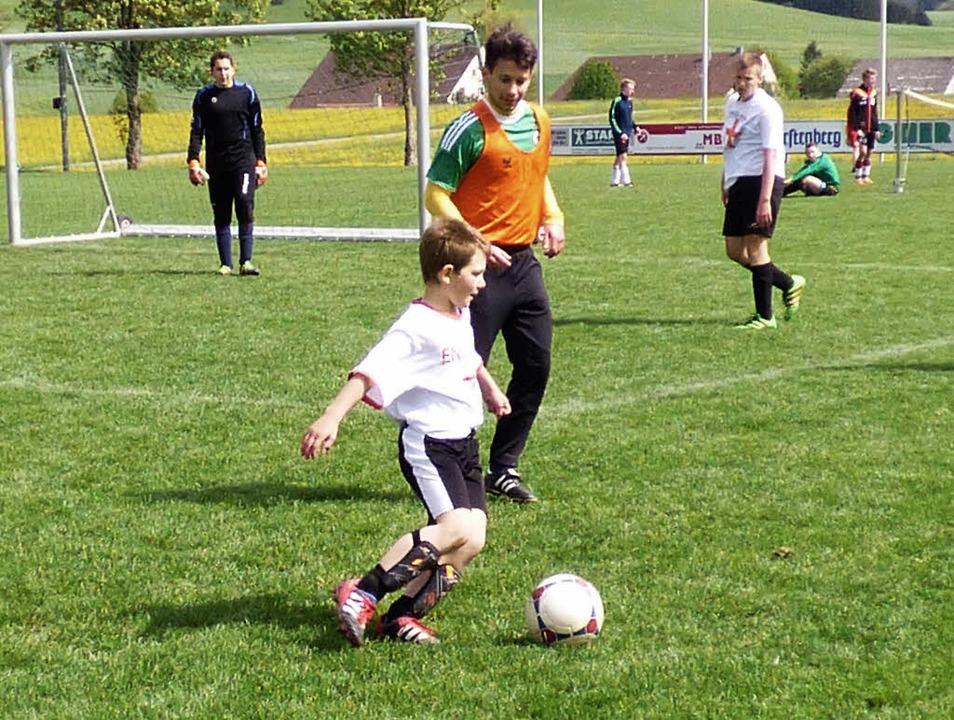 Das Kunterbunt-Fußballturnier birgt so...nd bringt Jung und Alt einander näher.  | Foto: Bombardi