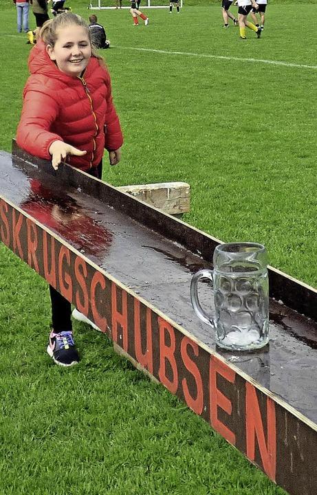 Clara Reith hat Spaß beim Masskrugschubsen.  | Foto: Rainer Bombardi