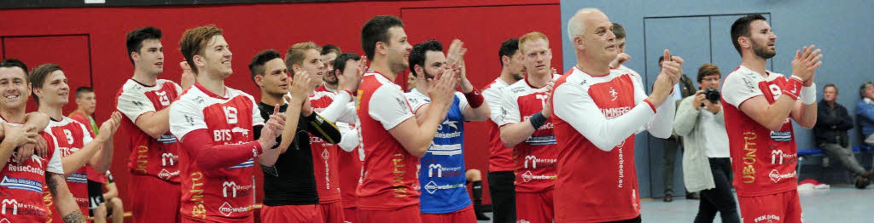 Das   Meißenheimer Team und der scheid...echts) applaudieren den eigenen Fans.   | Foto: FotoS: Bettina Schaller