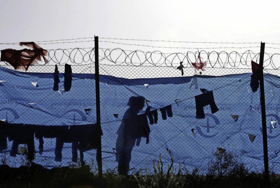 Leben hinter Stacheldraht: ein griechisches Flüchtlingscamp  | Foto: DPA