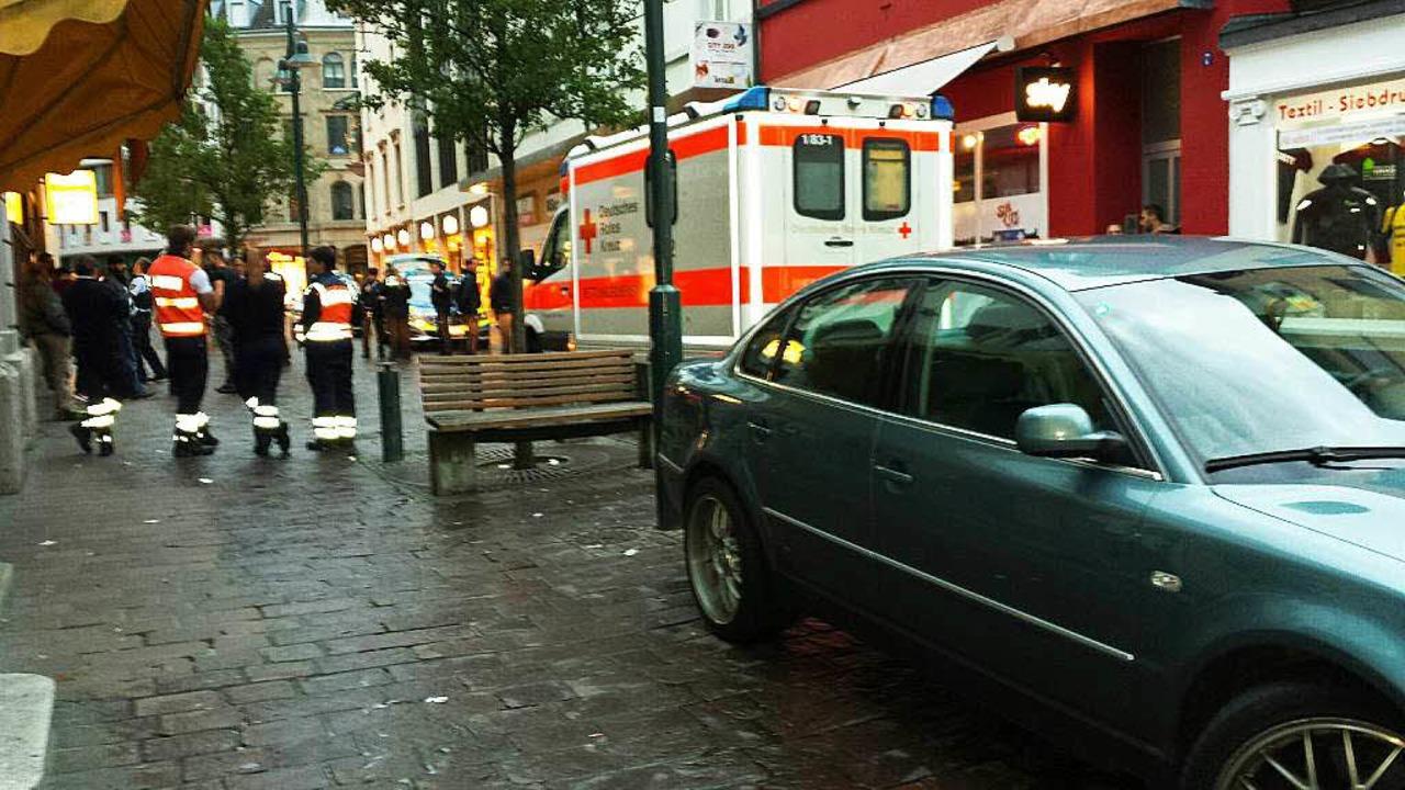 Mehrere Polizeifahrzeuge und der Rettu...stmontag in die Innenstadt ausrücken.   | Foto: Maja Tolsdorf