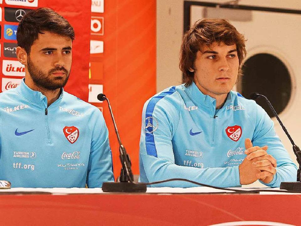 Caglar Söyüncü (rechts) gab im März se... bestätigte den Wechsel nach Freiburg.  | Foto: imago sportfotodienst