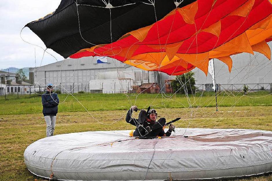 Fallschirmspringen in Lahr (Foto: Bettina Schaller)