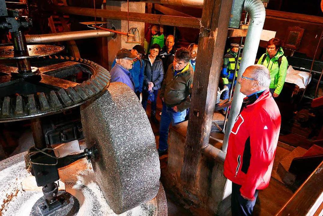 Erwin Becherer (links) erklärte den  B...n das gewaltige Räderwerk der Ölmühle.  | Foto: Horst Dauenhauer