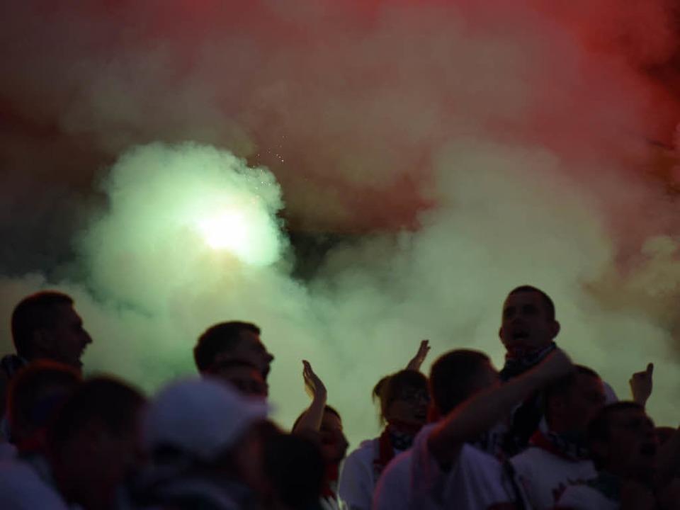 Symbolbild: Fußball und Pyrotechnik &#...ierungen muss das kein Gegensatz sein.    Foto: mgillert / Fotolia.com