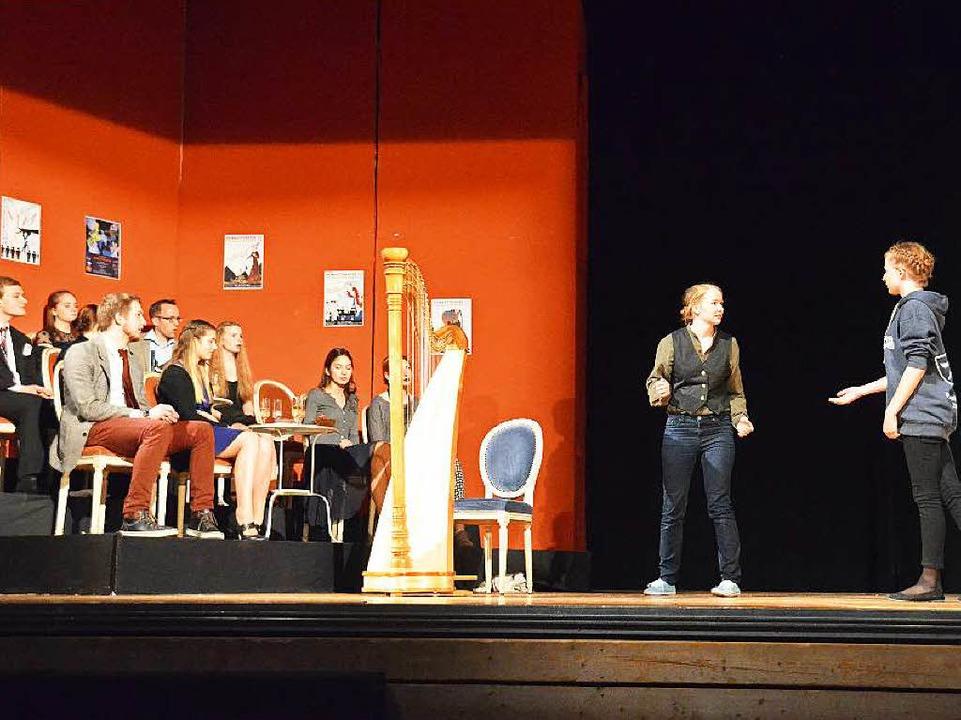 Beim Publikum auf der Bühne fällt das Stück durch. Der Dichter ist verzweifelt.  | Foto: Sebastian Barthmes