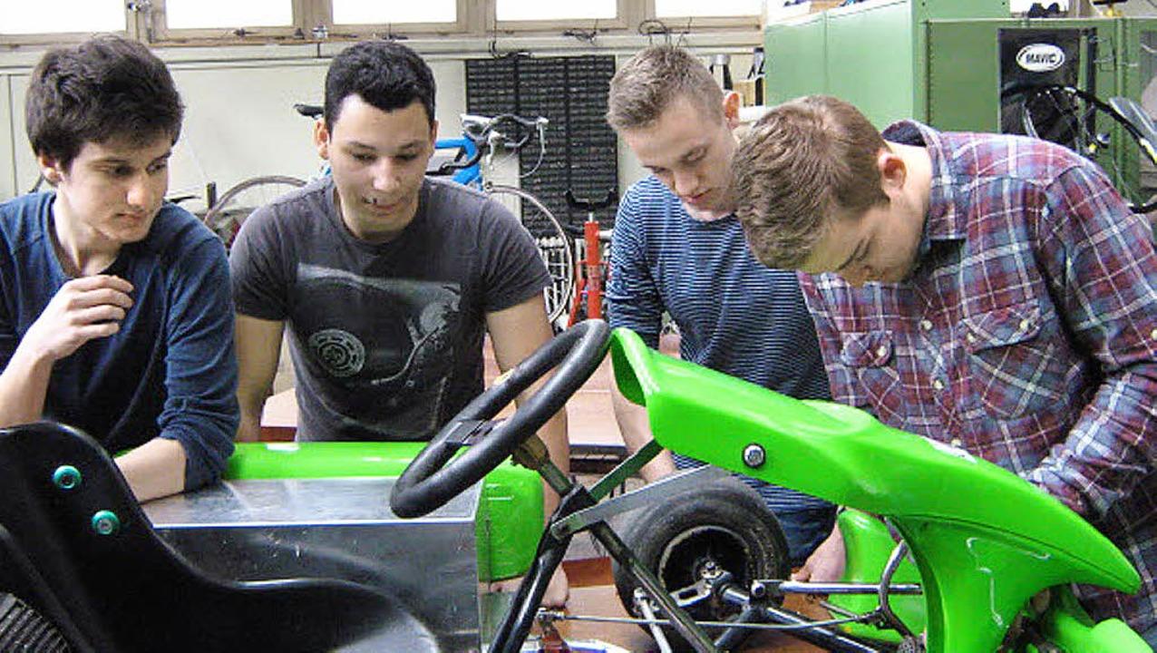 In einer Arbeitsgruppe schraubten Schü...bauten es  zu einem Elektromobil um.    | Foto: Privat