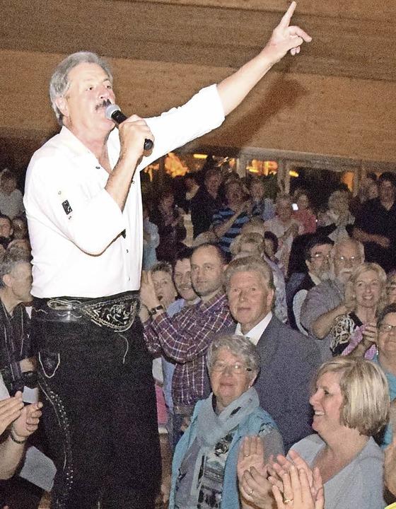 Manchmal hat Sepp Silberberger einen s...ts  auch Mitten im Publikum gesungen.   | Foto: Stefan Pichler