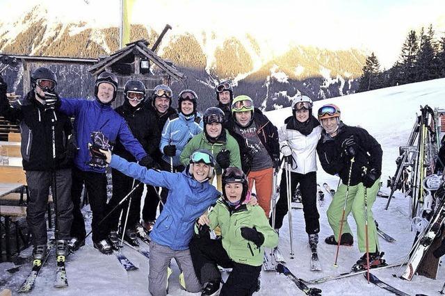 Skifahrer und Radler im Aufwind