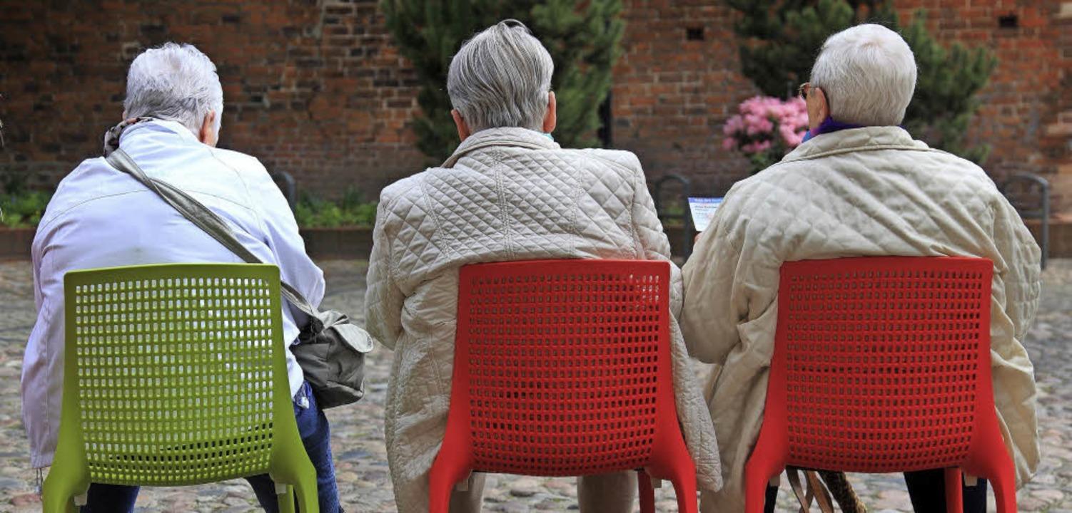 Senioren legen beim Besuch einer Gartenschau in Sachsen-Anhalt eine Pause ein.    | Foto: DPA