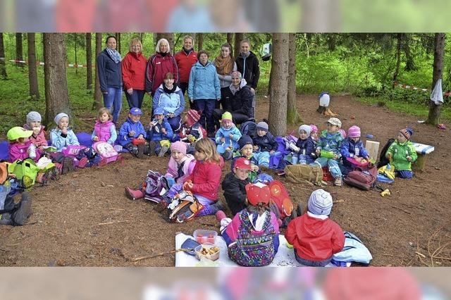 Kinder verbringen eine Woche im Wald