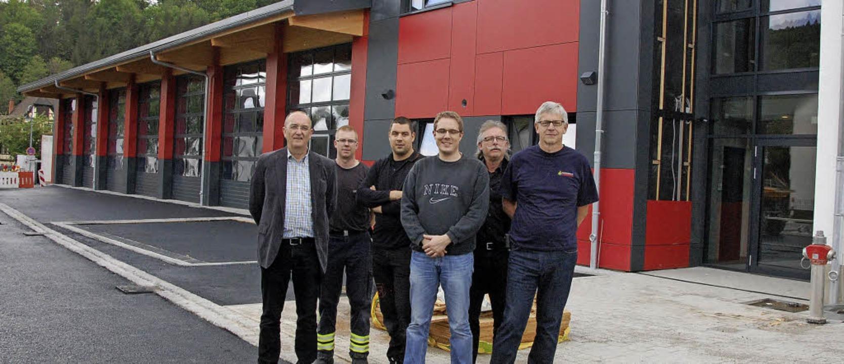 Beim Wiederaufbau der Kanderner Feuerw...ünter Lenke (von links) Hand in Hand.     Foto: Herbert Frey