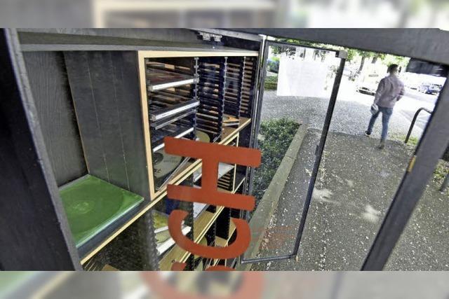 """Der """"offene CD-Schrank"""" in der Belfortstraße ist beliebt - braucht aber Menschen, die ihn füttern"""