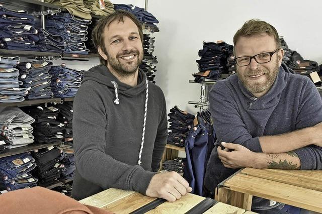 Wie sich zwei Politologen im Textilhandel durchbeißen